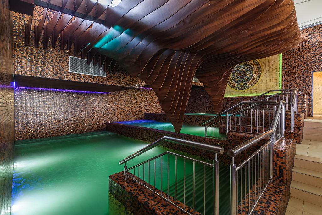 trzy baseny kaskadowe z hydromasażami i leżankami wodnymi